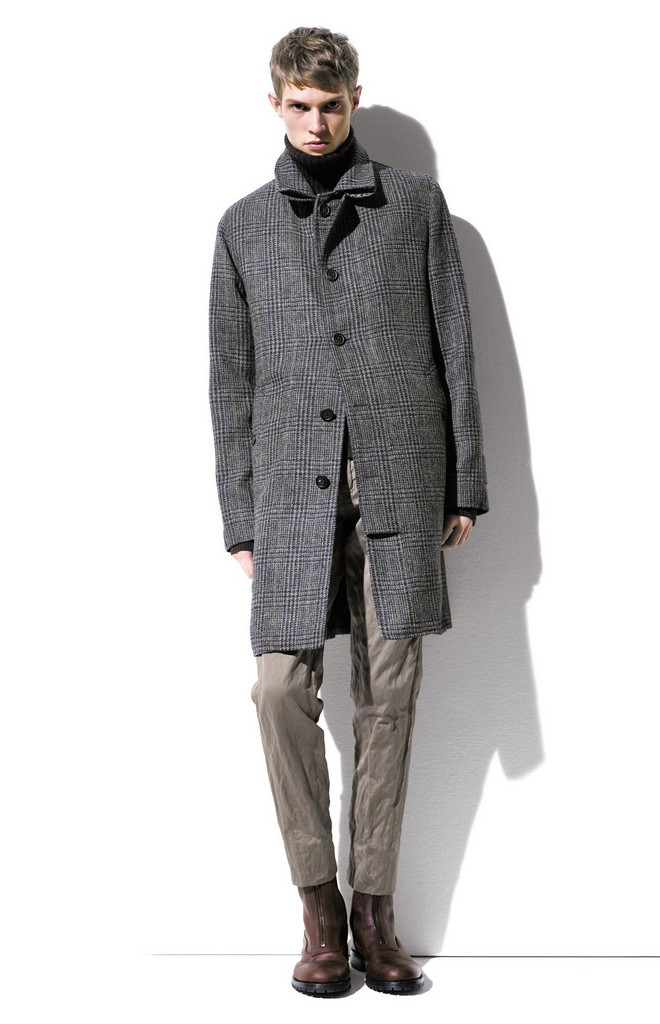 Дополнением к модному мужскому пальто и куртке может служить вязаный шарф, а лучше сразу два